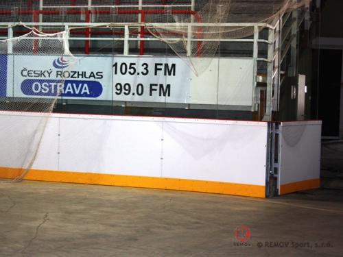 Hokejové mantinely na zimním stadionu KOBRA Praha - únor 2009 - ČR -   Zimní stadion KOBRA Praha má prof esionální hokejové...