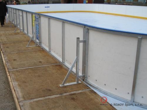 Mantinely se syntetickým led - Sereď - prosinec 2011 - PL -  Na náměstí v Seredi mají na vánoční svátky k...
