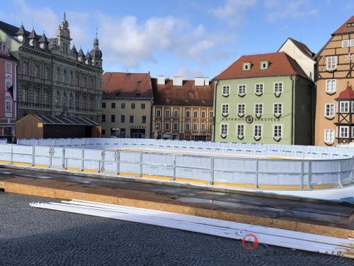 Mobilní ledová plocha Cheb - Prosinec 2020 - CZ - Mobilní ledová plocha náměstí v Chebu. Zámrzné mobilní transparentní mantinely...