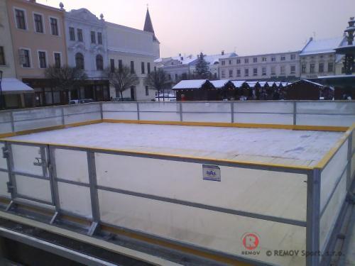 Rekreační mantinel - Karviná - leden 2010 - ČR -  Na náměstí v Karviné vyrostlo rekreační hřiště s průhlednými...